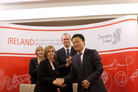Pictured at the signing in China of the MOU between UCD and leading Chinese dairy producer Dairy United are, l to r Julie Sinnamon, Executive Director, Enterprise Ireland; Professor Grace Mulcahy, Dean, UCD School of Veterinary Medicine, Simon Coveney TD, Minister for Agriculture, Food and the Marine; Mr Lee Zhenghong, General Manager, Dairy United. Photo credit: Gary O'Neill Photo
